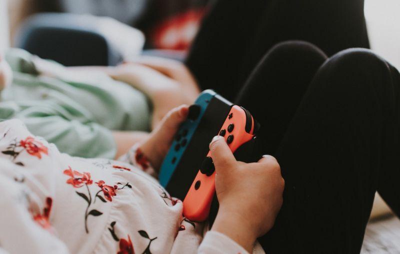 ребенок часто играет в видеоигры